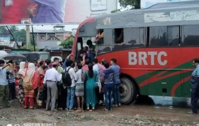 নাটোর থেকে রাজশাহীগামী বিআরটিসি বাসে উপচে পড়া ভীড়